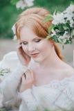 Schöne Braut in einem Weinlesehochzeitskleid, das in einem blühenden Apfelgarten aufwirft Set von 9 Abbildungen der wundervollen  Lizenzfreie Stockbilder
