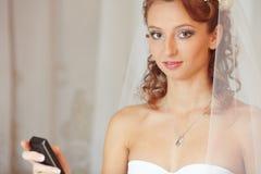 Braut mit dem Telefon Stockfotografie