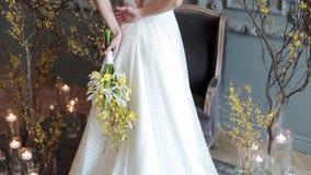 Schöne Braut hält einen bunten Blumenstrauß der Hochzeit stock video