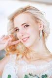 Schöne Braut Hochzeitsfrisur und bilden Junge Braut im Hochzeitskleid, das Blumenstrauß hält Stockfotos