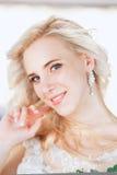 Schöne Braut Hochzeitsfrisur und bilden Junge Braut im Hochzeitskleid, das Blumenstrauß hält Lizenzfreies Stockbild