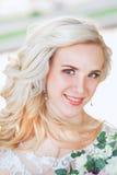 Schöne Braut Hochzeitsfrisur und bilden Junge Braut im Hochzeitskleid, das Blumenstrauß hält Stockfoto