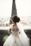 Schöne Braut an ihrem Hochzeitstag mit Blick auf die Stadt stockbild