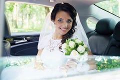 Schöne Braut im Auto stockbild