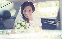 Schöne Braut im Auto, abgetönt stockfotografie