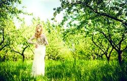 Schöne Braut im Freien im Park, hintere Ansicht Stockbild