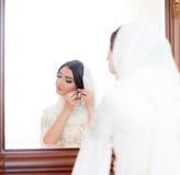 Schöne Braut im hijab trägt Ohrringe lizenzfreie stockbilder