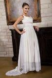 Schöne Braut im Hochzeits-Kleid, das eine Halskette trägt Stockbild