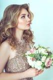 Schöne Braut im Hochzeitskleid Stockfotografie