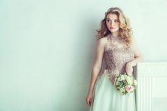 Schöne Braut im Hochzeitskleid Stockbilder