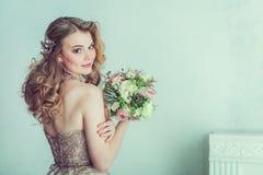 Schöne Braut im Hochzeitskleid Stockfoto