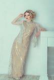 Schöne Braut im Hochzeitskleid Stockbild