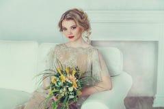 Schöne Braut im Hochzeitskleid Lizenzfreie Stockfotografie