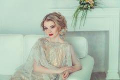 Schöne Braut im Hochzeitskleid Stockfotos