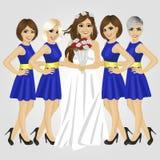 Schöne Braut im Hochzeitskleid, das Blumenstrauß von den Rosen aufwerfen mit Gruppe ihrer Brautjungfern hält lizenzfreie abbildung