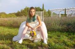 Schöne Braut im Hochzeitskleid im Freien Stockfoto