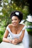 Schöne Braut im Park Stockbilder