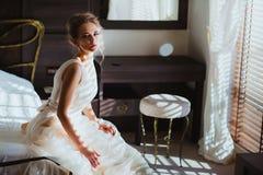 Schöne Braut im Schlafzimmer Stockfotos