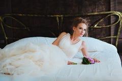 Schöne Braut im Schlafzimmer Stockbilder