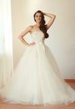 Schöne Braut im weißen Hochzeitskleid-mariage Stockbild