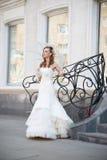 Schöne Braut im weißen Kleid mit Regenschirm Lizenzfreies Stockfoto