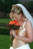 Schöne Braut mit Blumenstrauß. Stockbilder