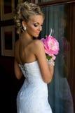 Schöne Braut mit Blumenstrauß. Stockfotos