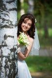 Schöne Braut mit Blumenstrauß Stockbild