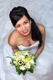 Schöne Braut mit Blumenstrauß - von oben Stockfotos