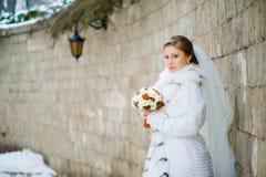 Schöne Braut mit Blumenstrauß vor Hochzeitszeremonie stockfotografie