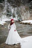 Schöne Braut mit Blumenstrauß vor Hochzeitszeremonie lizenzfreie stockfotografie