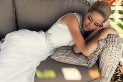 Schöne Braut mit dem blonden Haar im eleganten Hochzeitskleid Stockfoto