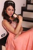 Schöne Braut mit dem dunklen Haar im eleganten rosa Kleid Stockbilder