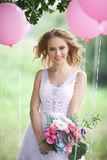 Schöne Braut mit einem Blumenstrauß Lizenzfreies Stockbild