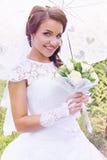 Schöne Braut mit einem Blumenstrauß, Weinlese lizenzfreie stockbilder