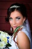 Schöne Braut mit einem Chamäleon und Blumen Stockfotos