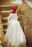 Schöne Braut mit großem Hochzeitsblumenstrauß stockbilder