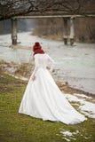 Schöne Braut mit großem Hochzeitsblumenstrauß lizenzfreie stockfotos