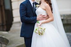 Schöne Braut mit großem Hochzeitsblumenstrauß stockfotos