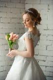 Schöne Braut mit großem Hochzeitsblumenstrauß vor Hochzeitszeremonie stockbilder