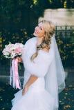 Schöne Braut mit Hochzeitsblumenstrauß von Blumenrosen Lizenzfreie Stockbilder