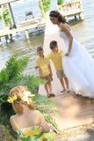 Schöne Braut mit ihren Kindern auf Dock stockfoto