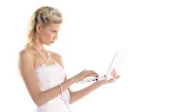 Schöne Braut mit Laptop stockbild