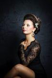 Schöne Braut mit Modehochzeitsfrisur Stockfotografie