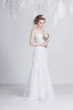 Schöne Braut mit Spitze blüht in ihrem herrlichen dunklen blonden Haar Hohe Hochzeitsfrisur, -borten und -locken Lizenzfreies Stockbild