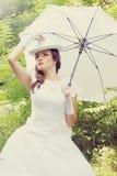 Schöne Braut mit weißem Regenschirm, Weinlese lizenzfreie stockbilder