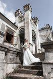 Schöne Braut nahe dem alten Gebäude Lizenzfreies Stockbild