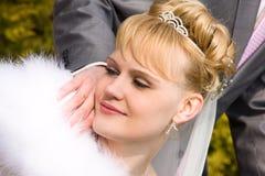 Schöne Braut schaut Hochzeitsring Lizenzfreies Stockbild