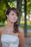 Schöne Braut träumt in ihrem Hochzeitstag stockfotos