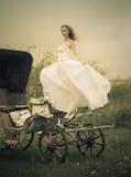 Schöne Braut und alter Wagen/Retro- Art Stockfotos